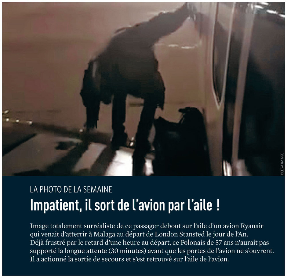 Impatient, il sort de l'avion par l'aile !