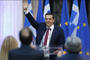 Tsipras, en cravate, salue l'accord de l'Eurogroupe