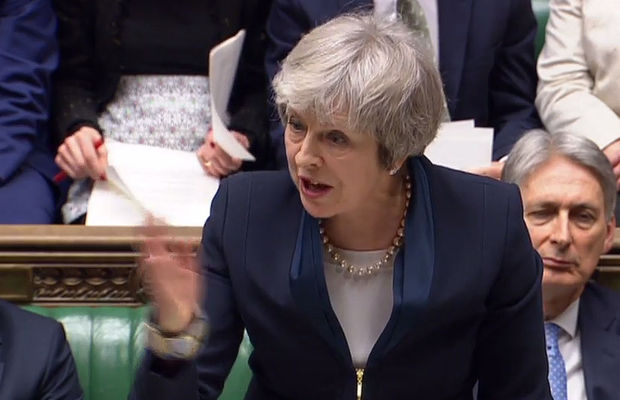 Theresa May survit au vote de confiance contre son gouvernement — Brexit