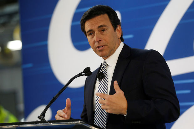 Confirmation du départ du PDG de Ford Mark Fields, Jim Hackett le remplace
